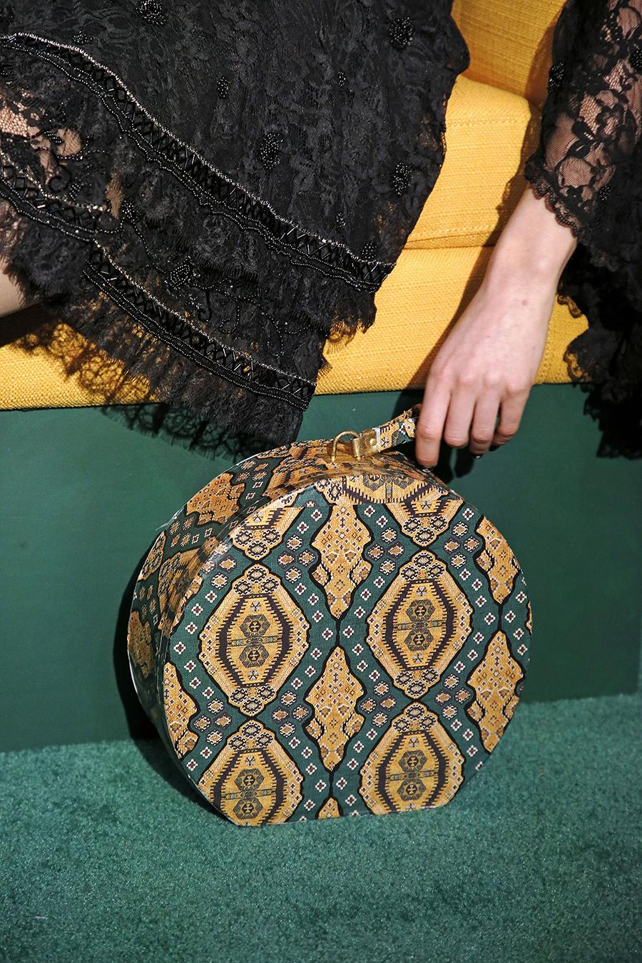 модная осень зима 2020 2021 круглая шляпная коробка жесткая форма узоры принты зеленый желтый