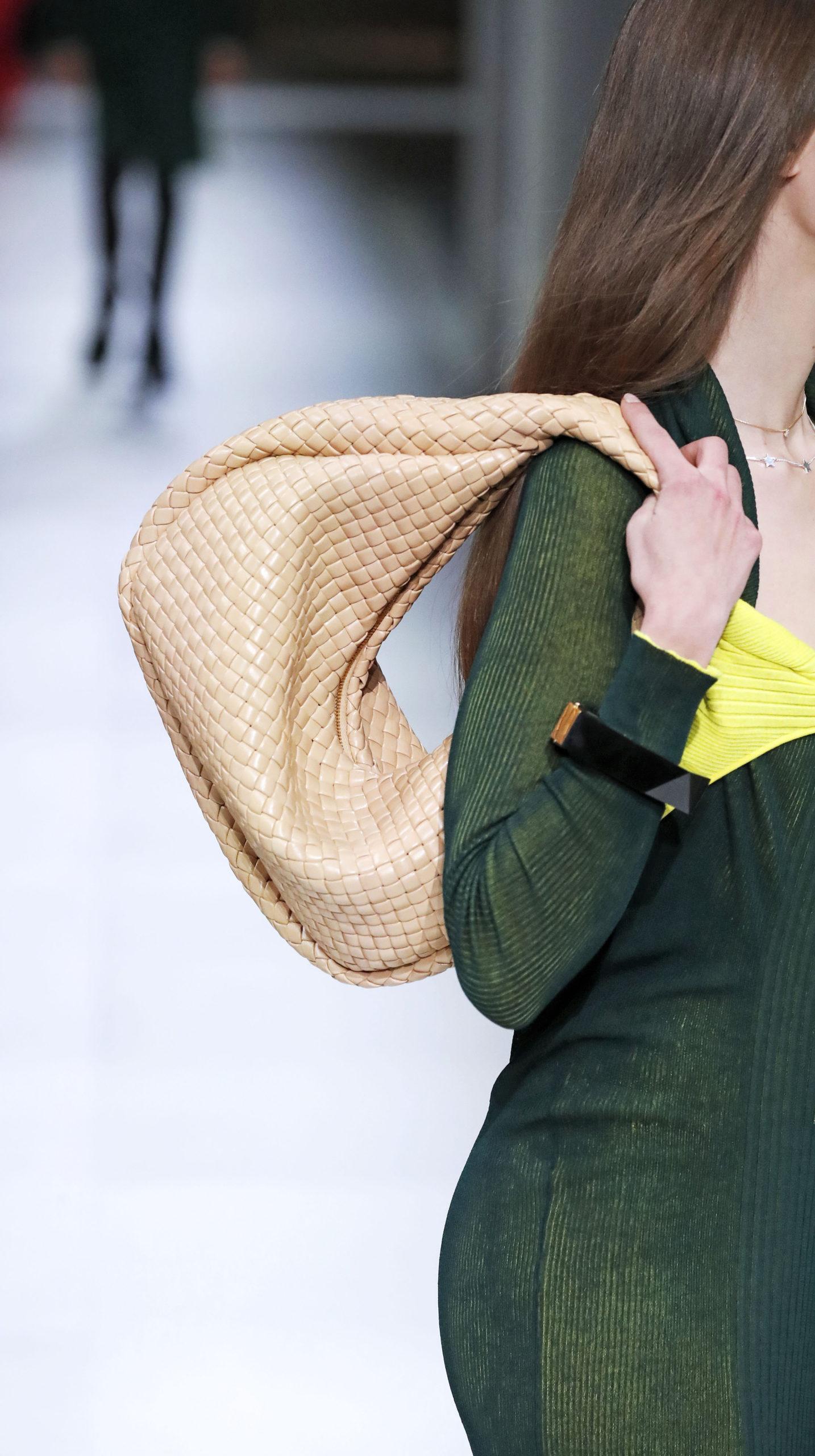 модная плетеная сумка хобо осень зима 2020 2021 бежевая плетеная