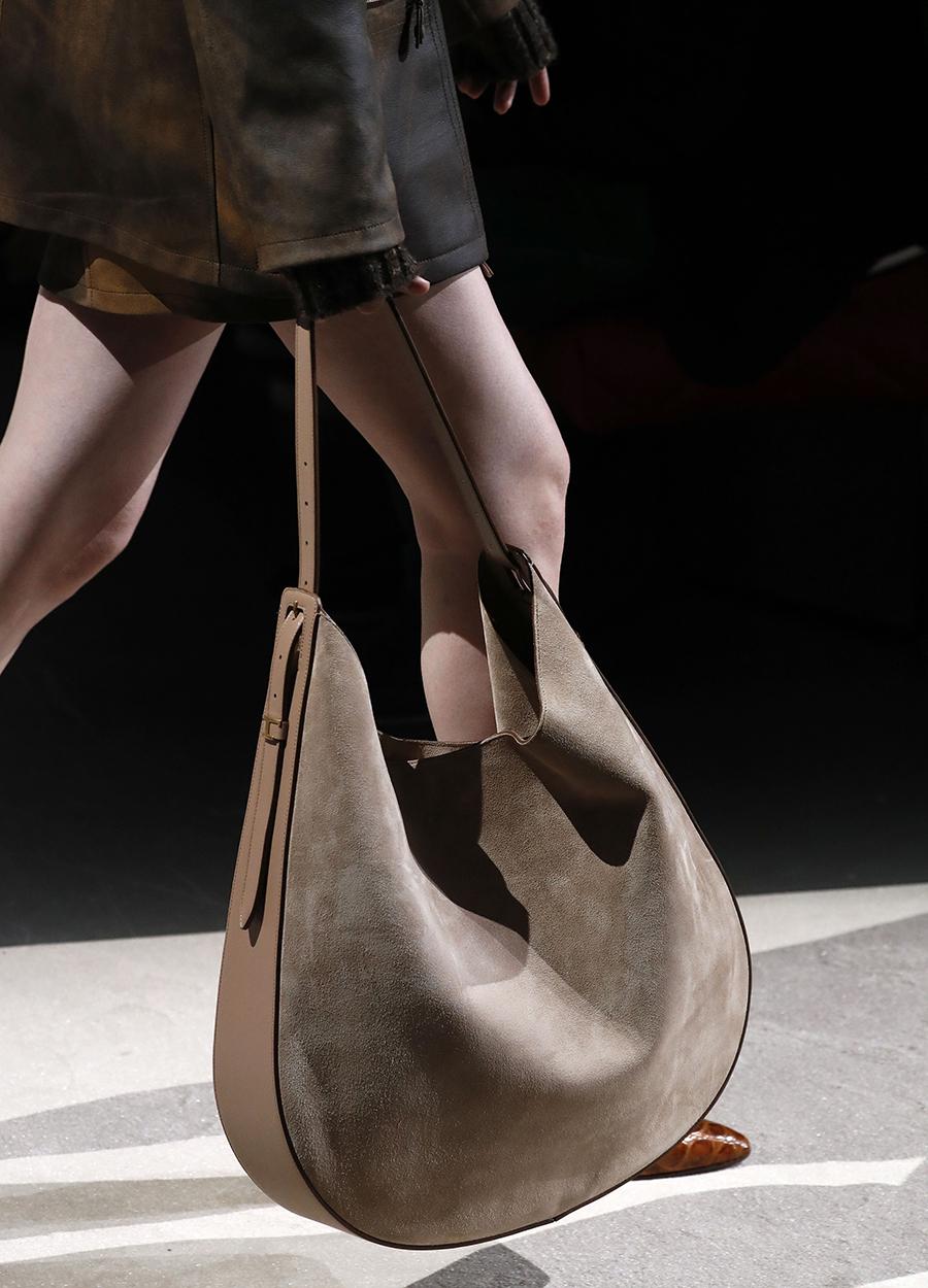 модная плетеная сумка хобо осень зима 2020 2021 коричневая замша нубук