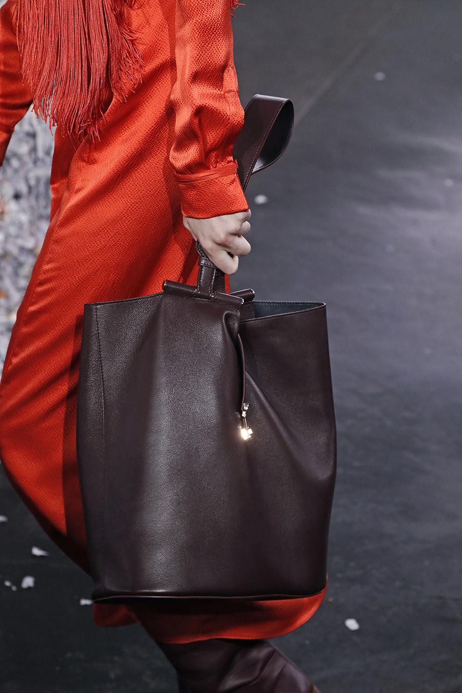 модная сумка мешок кисет осень зима 2020 2021 коричневая кожаная мягкая