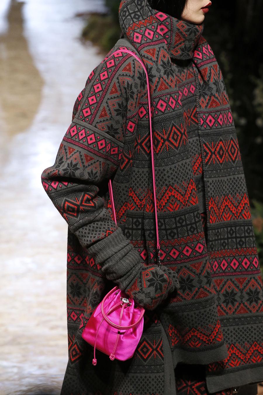 модная сумка мешок кисет осень зима 2020 2021 розовая фуксия атласная маленькая