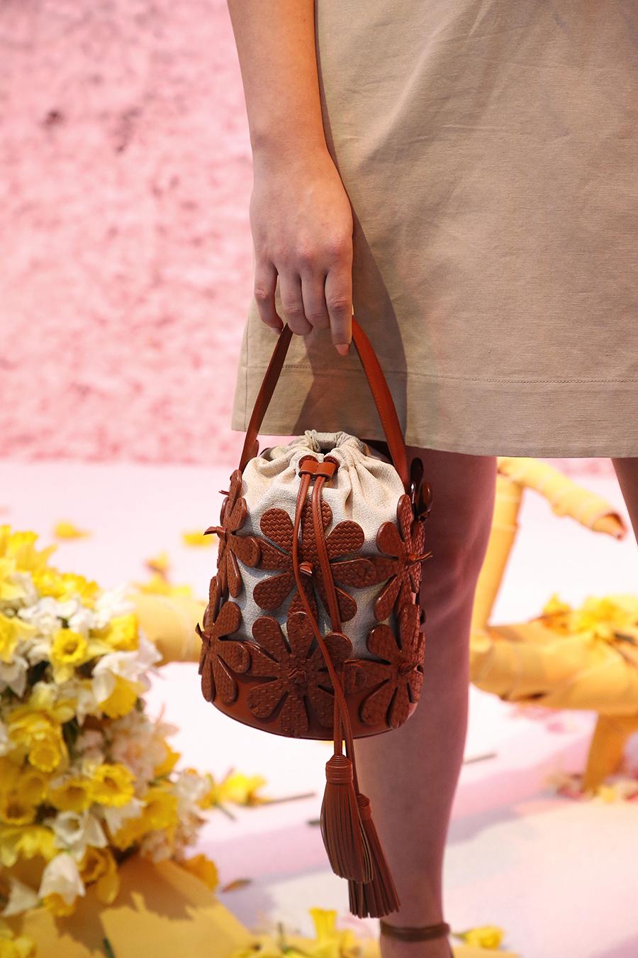 модная сумка мешок кисет осень зима 2020 2021 коричневая кожаная холщевая мешковина цветы