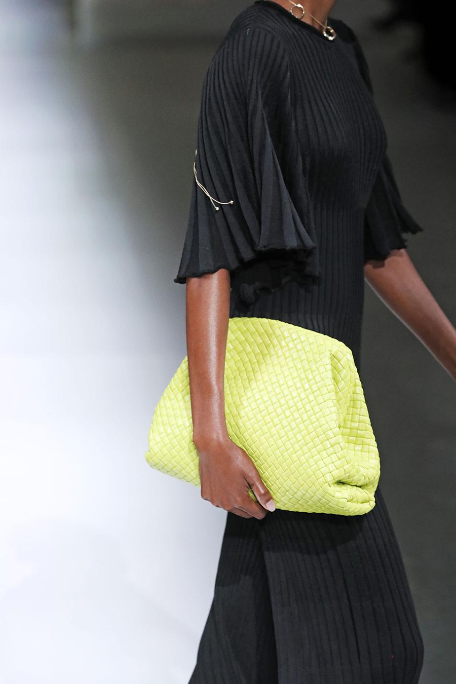 модная сумка мягкий большой клатч осень зима 2020 2021 желтая салатовая плетеная