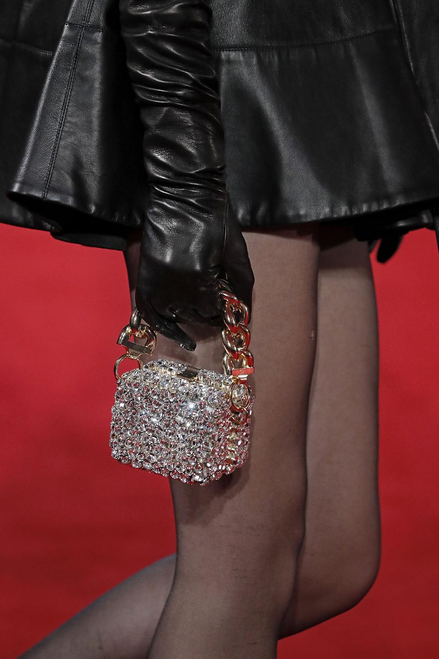 модная сумка минодьер осень зима 2020 2021 квадратная сверкающая серебристая цепочка стразы
