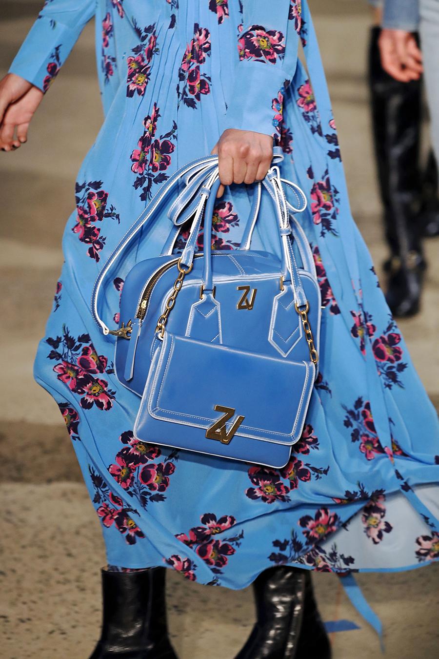 модная осень зима 2020 2021 много разные сумки кожа голубой белый ручки