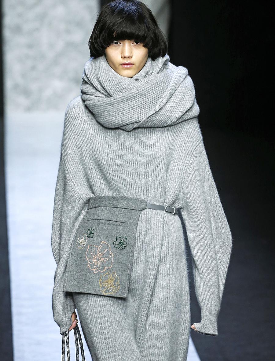 модная сумка поясная бананка на пояс осень зима 2020 2021 серая сумка фартук слинг