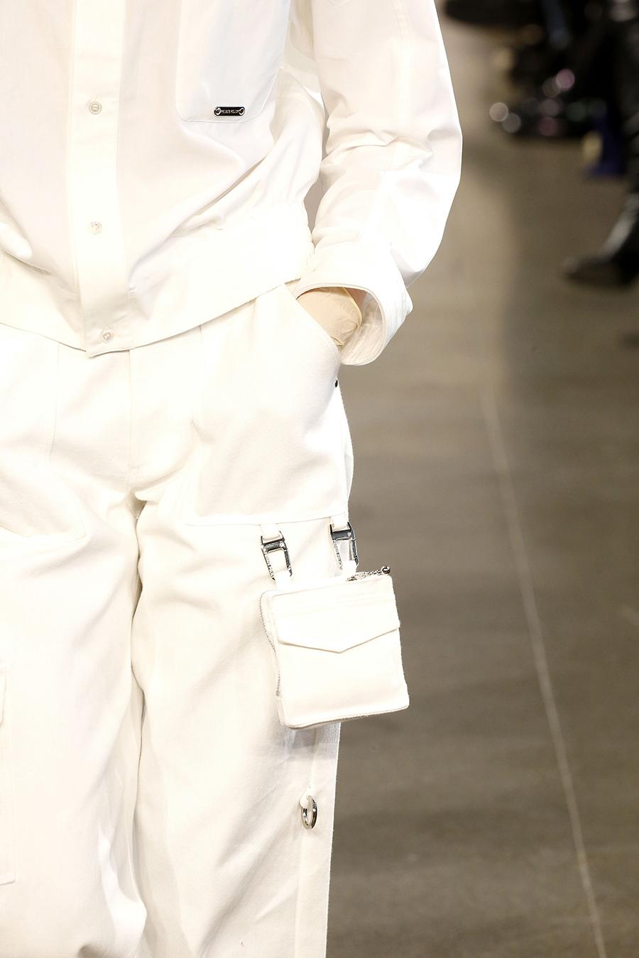 модная сумка поясная бананка на пояс осень зима 2020 2021 белая квадратная