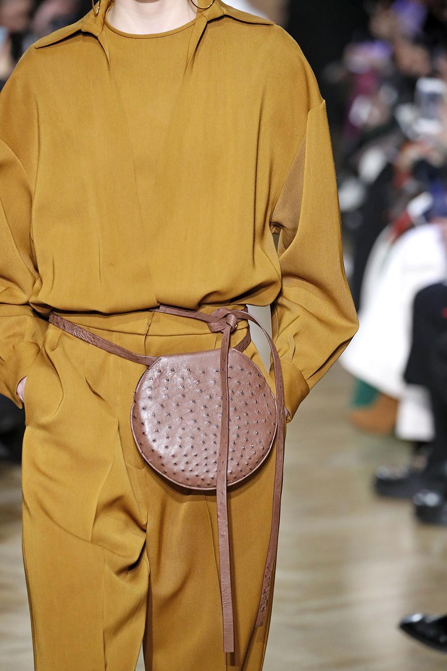 модная сумка поясная бананка на пояс осень зима 2020 2021 коричневая круглая кожа страуса