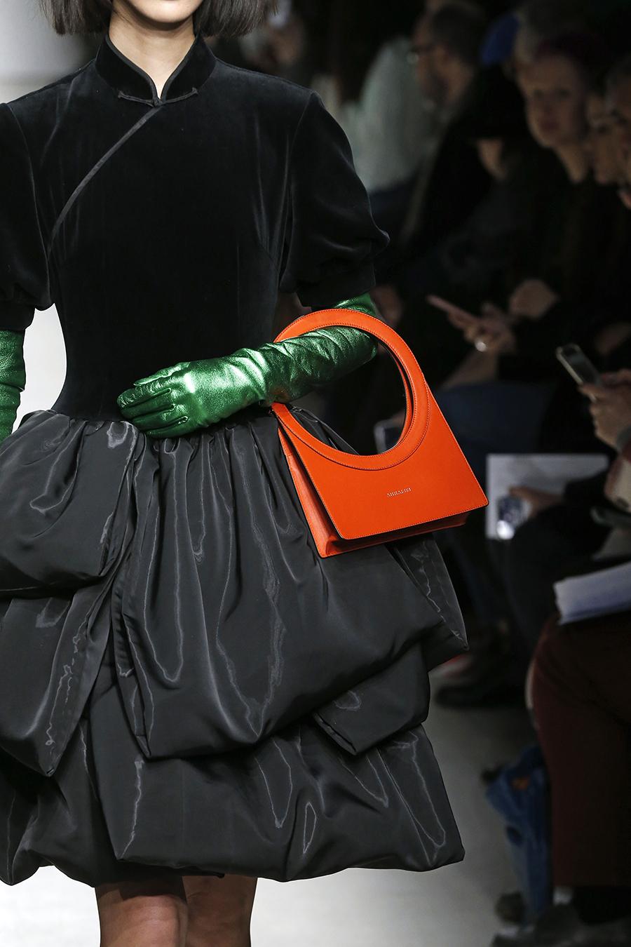 модная сумка с прорезными ручками осень зима 2020 2021 оранжевая кожаная