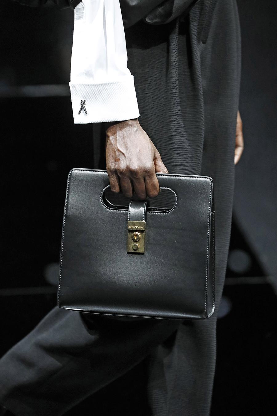 модная сумка с прорезными ручками осень зима 2020 2021черная квадратная