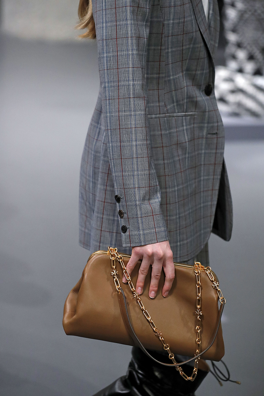 модная сумка ридикюль винтажный стиль осень зима 2020 2021 коричневая с цепочкой