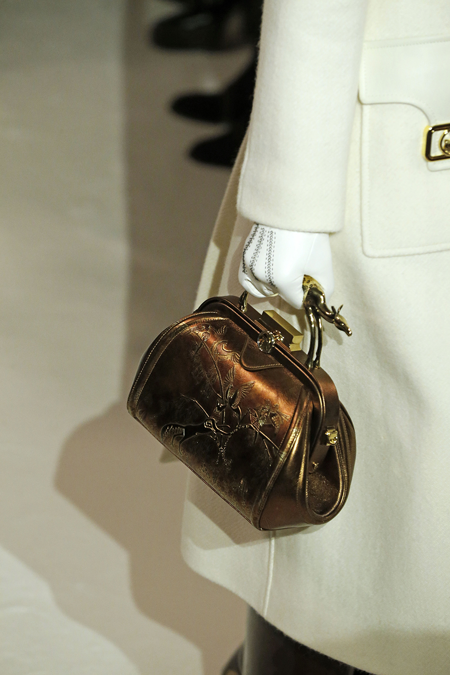 модная сумка саквояж огромная осень зима 2020 2021 чемоданчик бронзовый коричневый бронзовая фурнитура застежка поцелуйчик