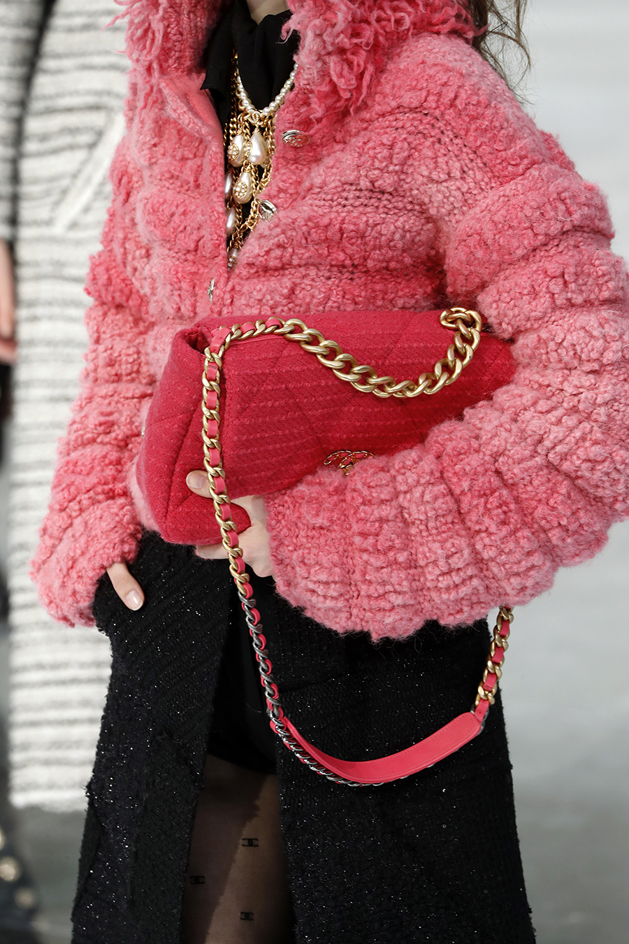 модная стеганая сумка осень зима 2020 2021 розовая фуксия на цепочке