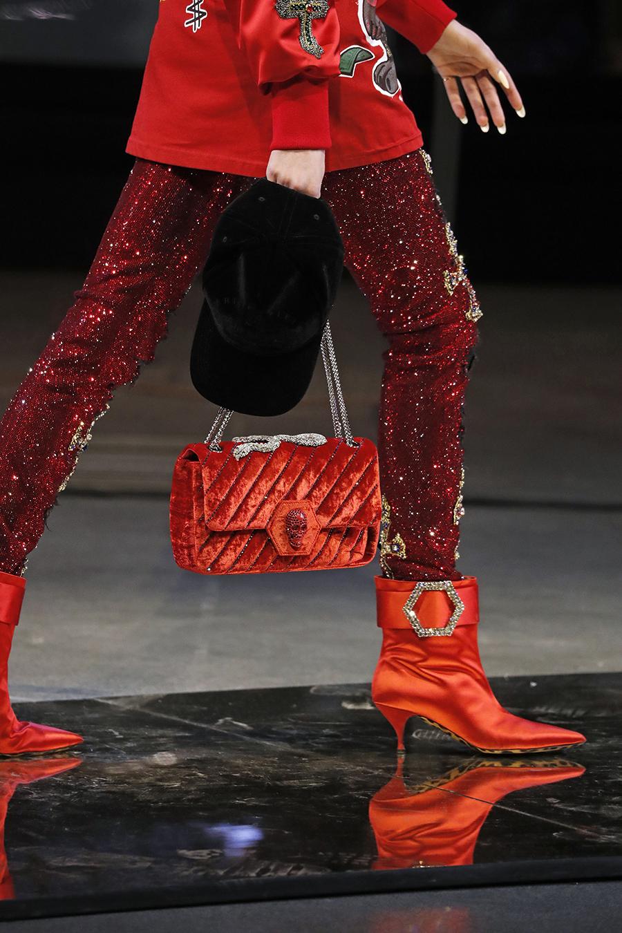модная стеганая сумка осень зима 2020 2021 бархатная красная алая на цепочке