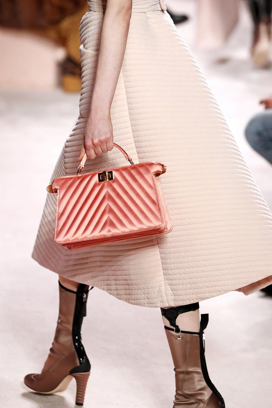модная стеганая сумка осень зима 2020 2021 розовая пудровая на ручке