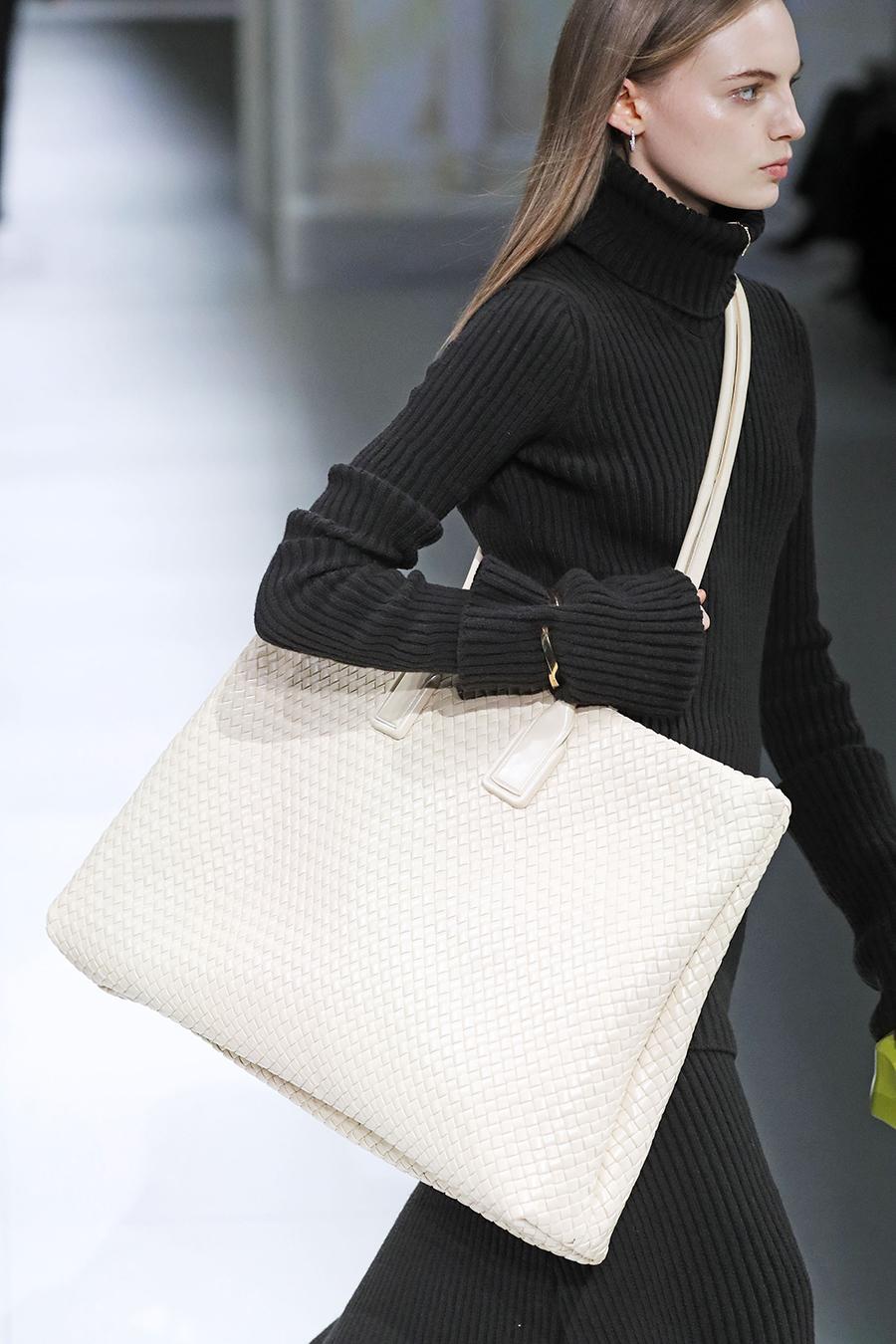 белая плетеная модная сумка тоут огромная осень зима 2020 2021