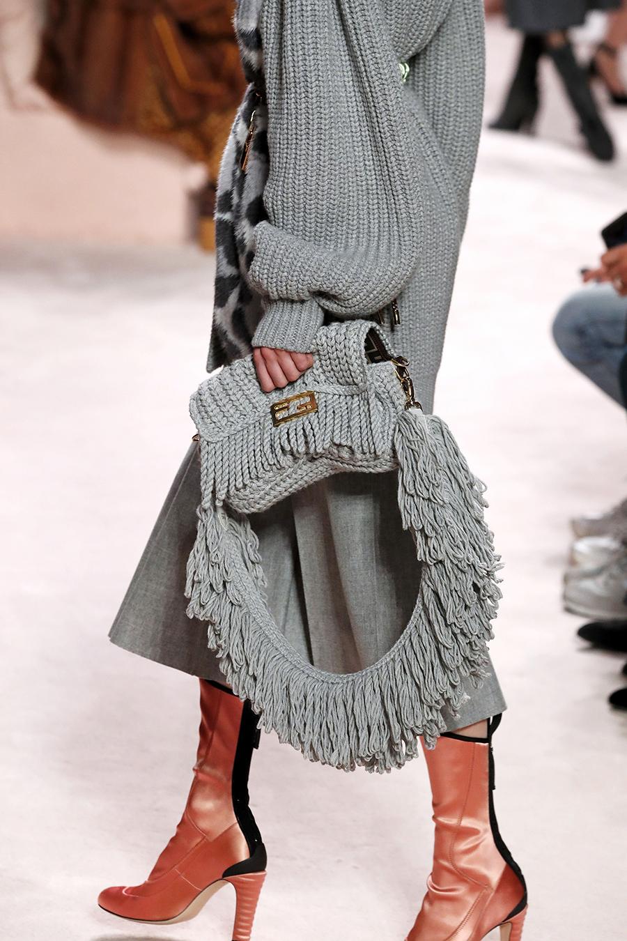 модная вязаная макраме осень зима 2020 2021 серая