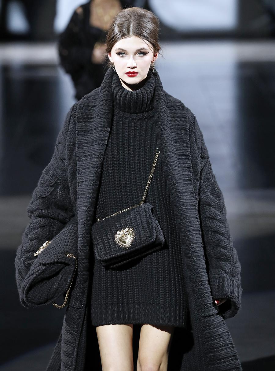 модная вязаная макраме осень зима 2020 2021 черная на цепочке