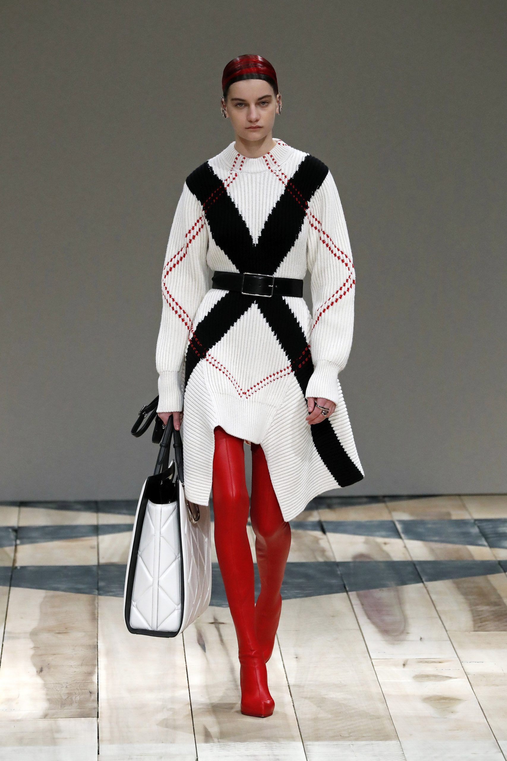 вязаное трикотажное платье свитер короткое белое черное красное с вышивкой