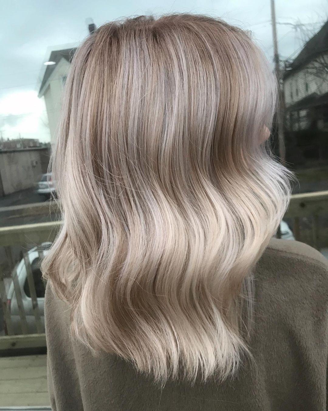 кремовый бежевый блонд окрашивание для блондинок на светлые волосы осень-зима 2020-2021
