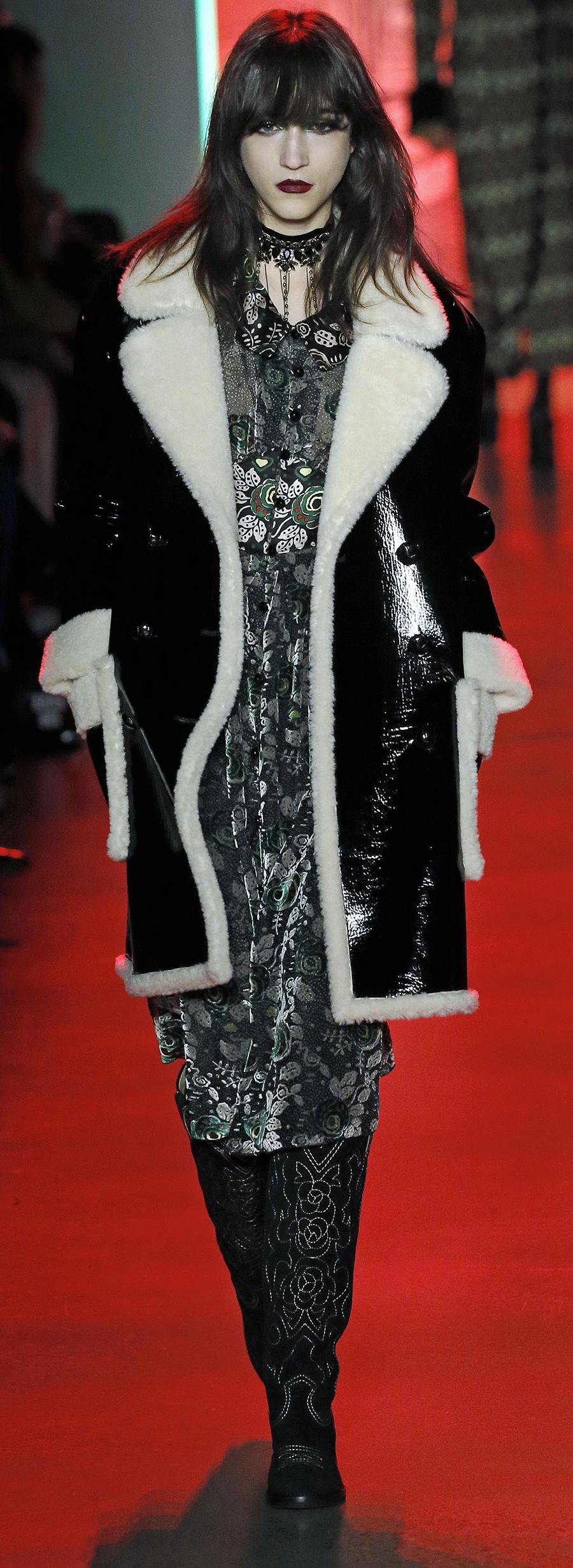 модная дубленка осень зима 2020 2021 черная белая блестящая лаковая