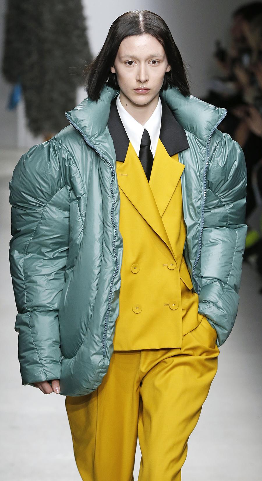 модный пуховик осень зима 2020 2021 короткий пиджак зеленый с объемными рукавами