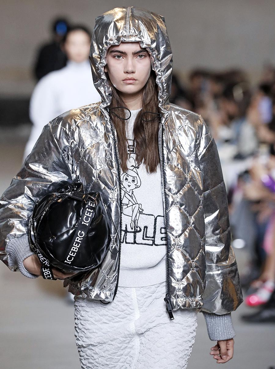 модный пуховик короткий зима 2020 2021 серебряный на молнии