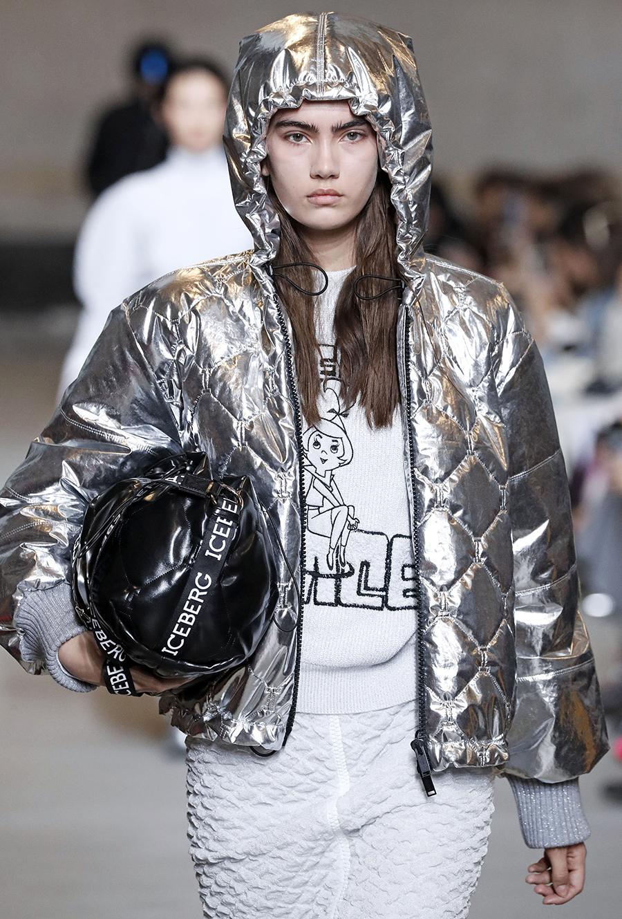 модный пуховик осень зима 2020 2021 блестящий серебряный короткий с капюшоном металлик