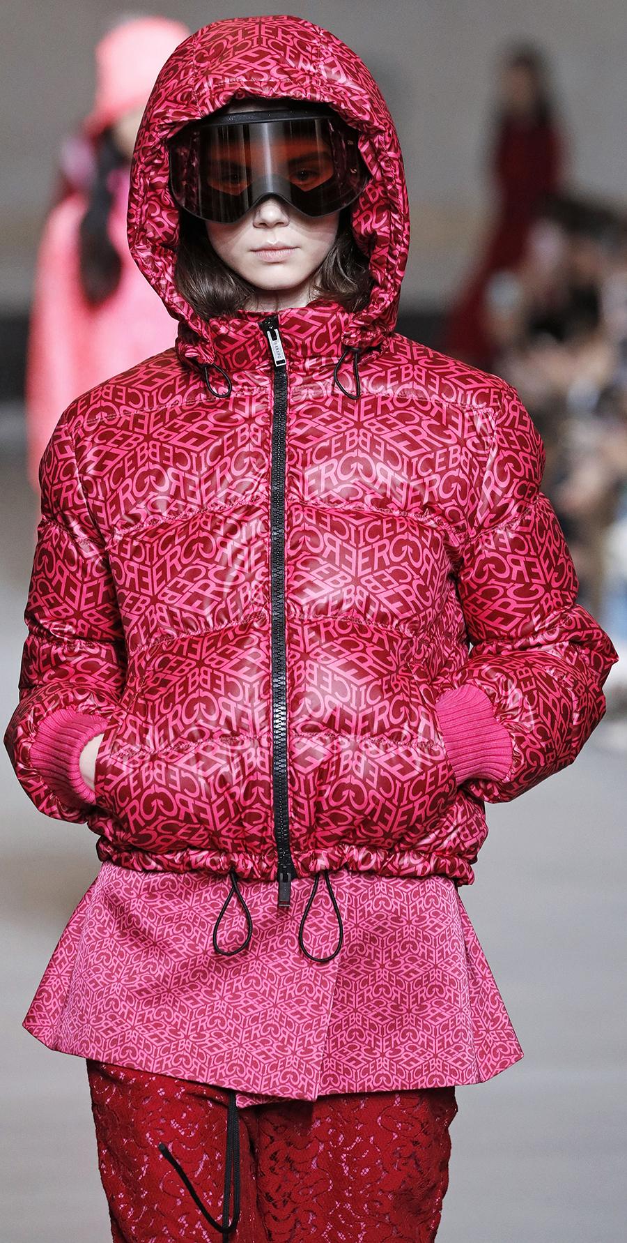 модный пуховик осень зима 2020 2021 розовый с логотипами короткий с капюшоном