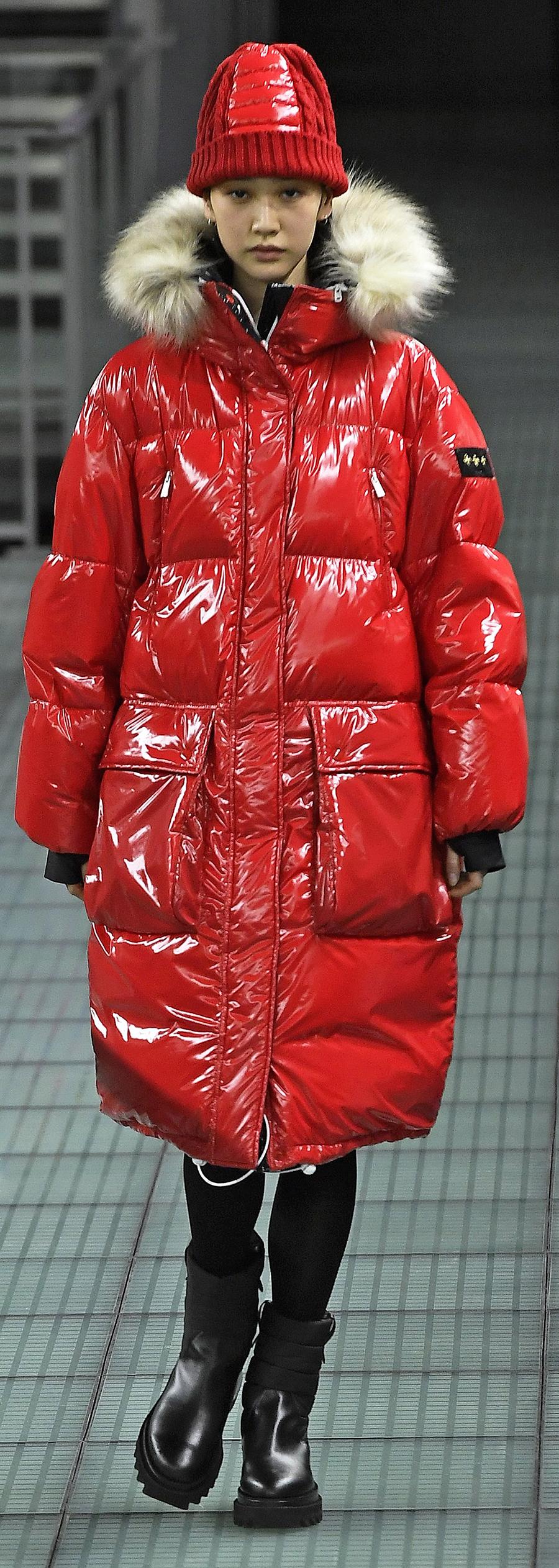 модный пуховик осень зима 2020 2021 красный блестящий с мехом длинный оверсайз