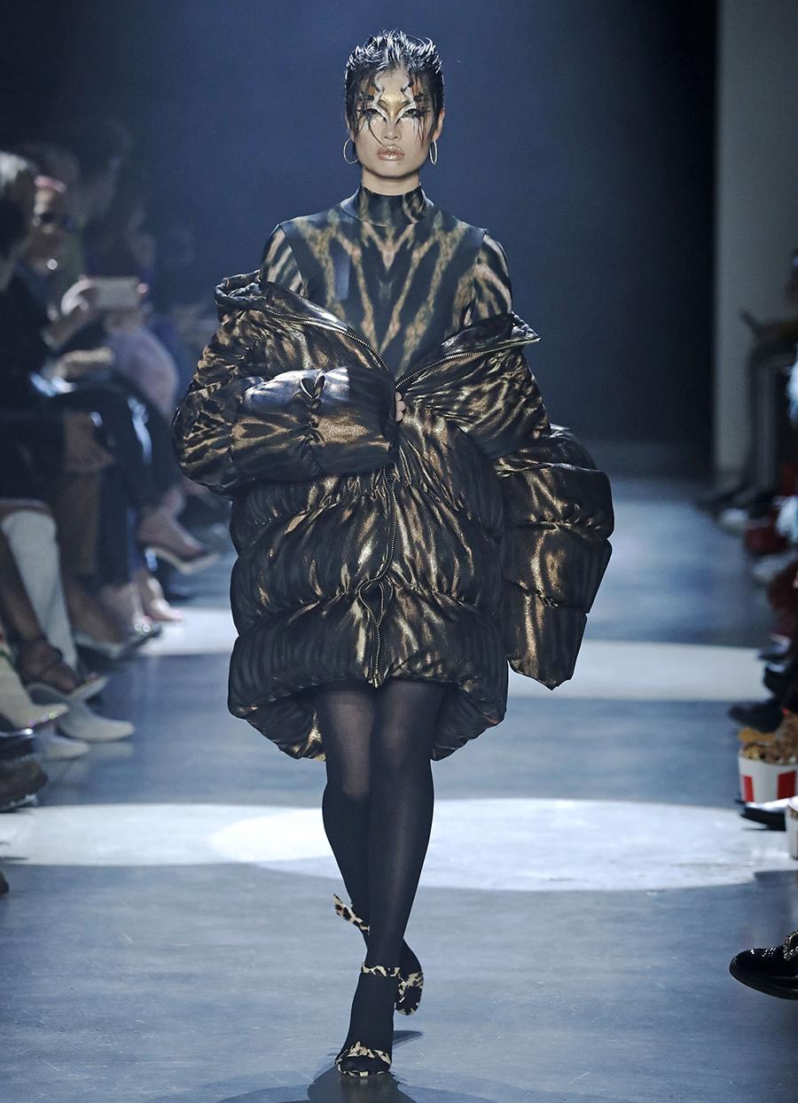 модный пуховик оверсайз зима 2020 2021 коричневый блестящий