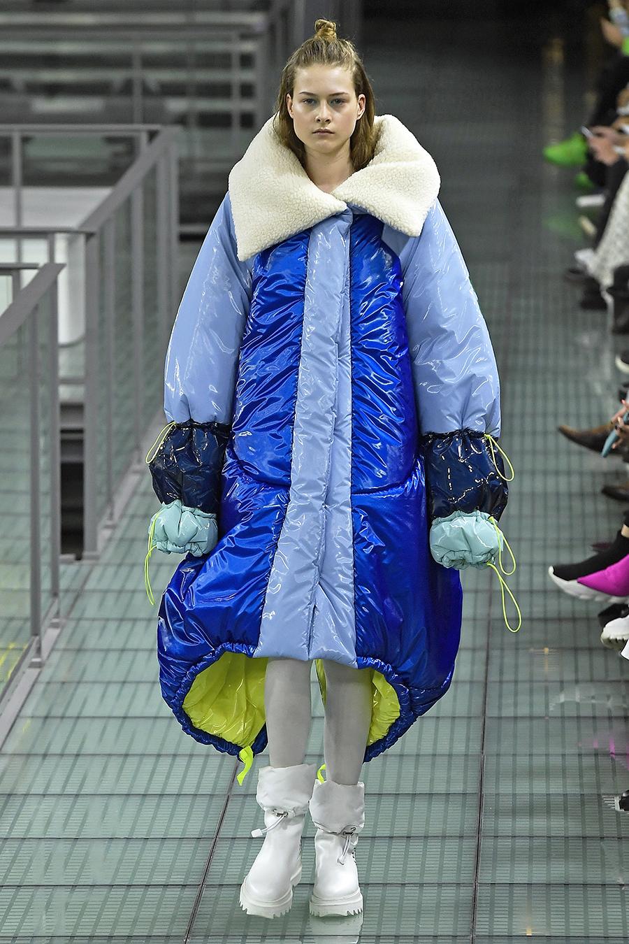 модный пуховик оверсайз зима 2020 2021 синий голубой