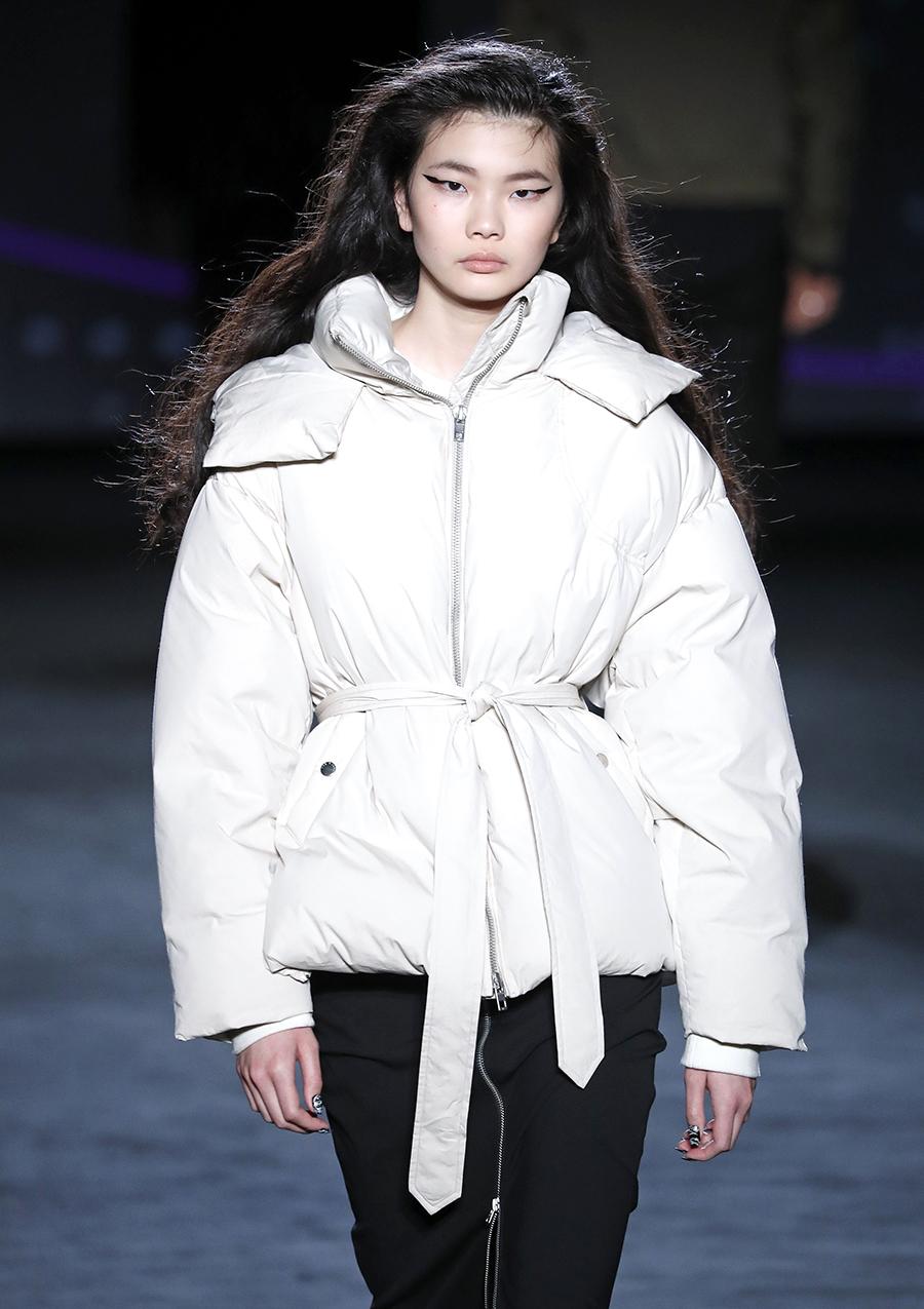 модный пуховик с поясом короткий зима 2020 2021 белый