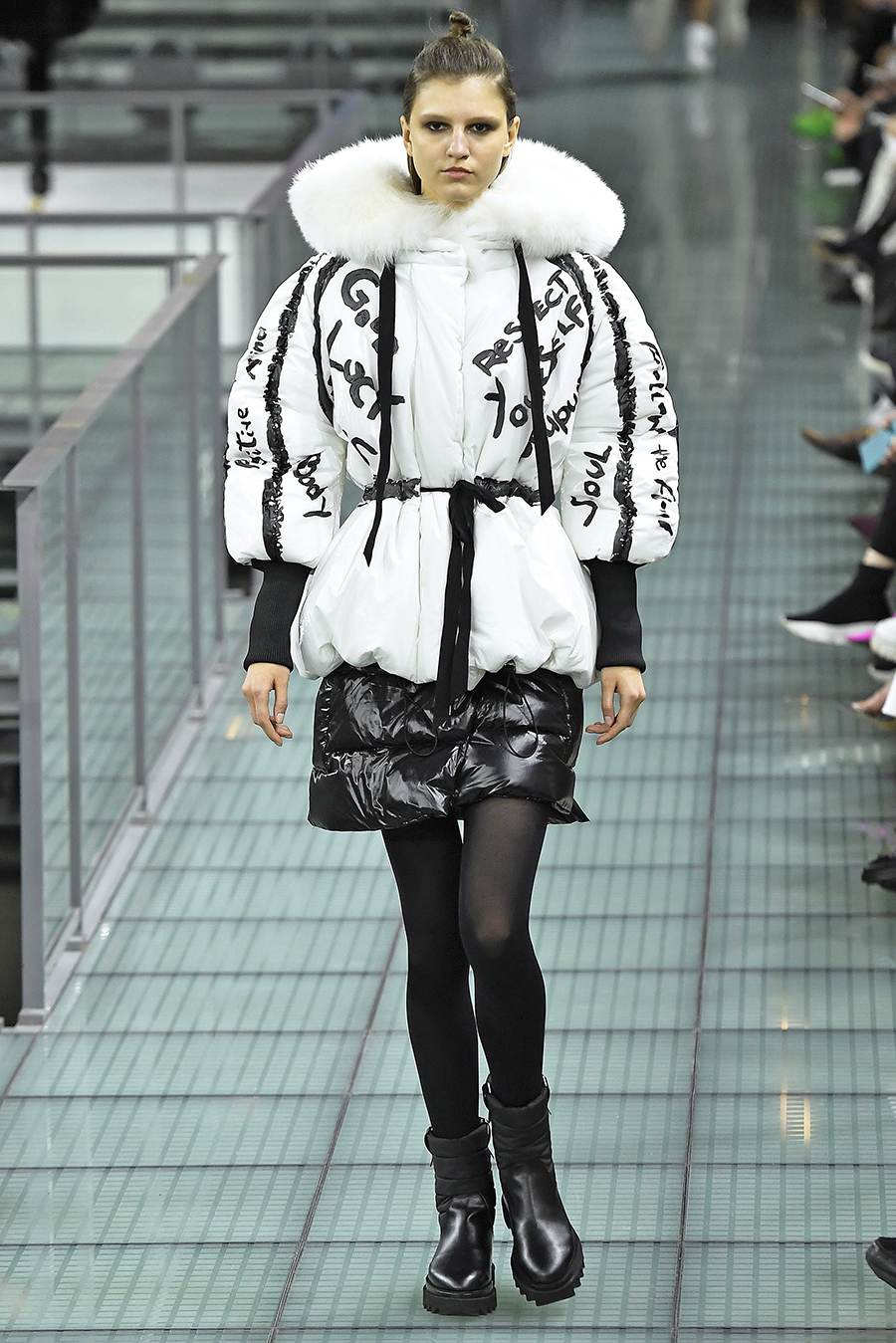 модный пуховик с поясом короткий зима 2020 2021 белый черный