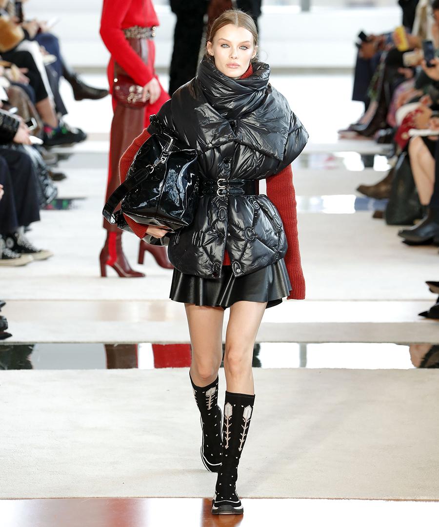 модный пуховик с поясом короткий зима 2020 2021 черный жилет без рукавов