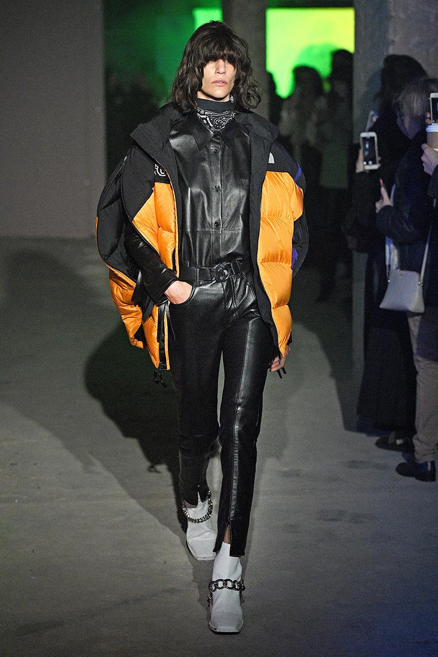 модный пуховик спортивный зима 2020 2021 черный оранжевый