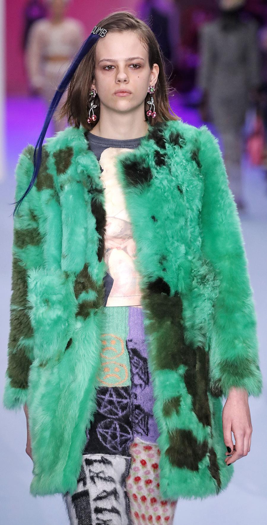 модная шуба осень зима 2020 2021 зеленая пятнистая короткая