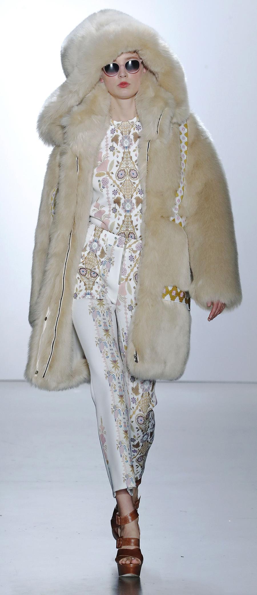 модная шуба осень зима 2020 2021 длинная пушистая бежевая с капюшоном