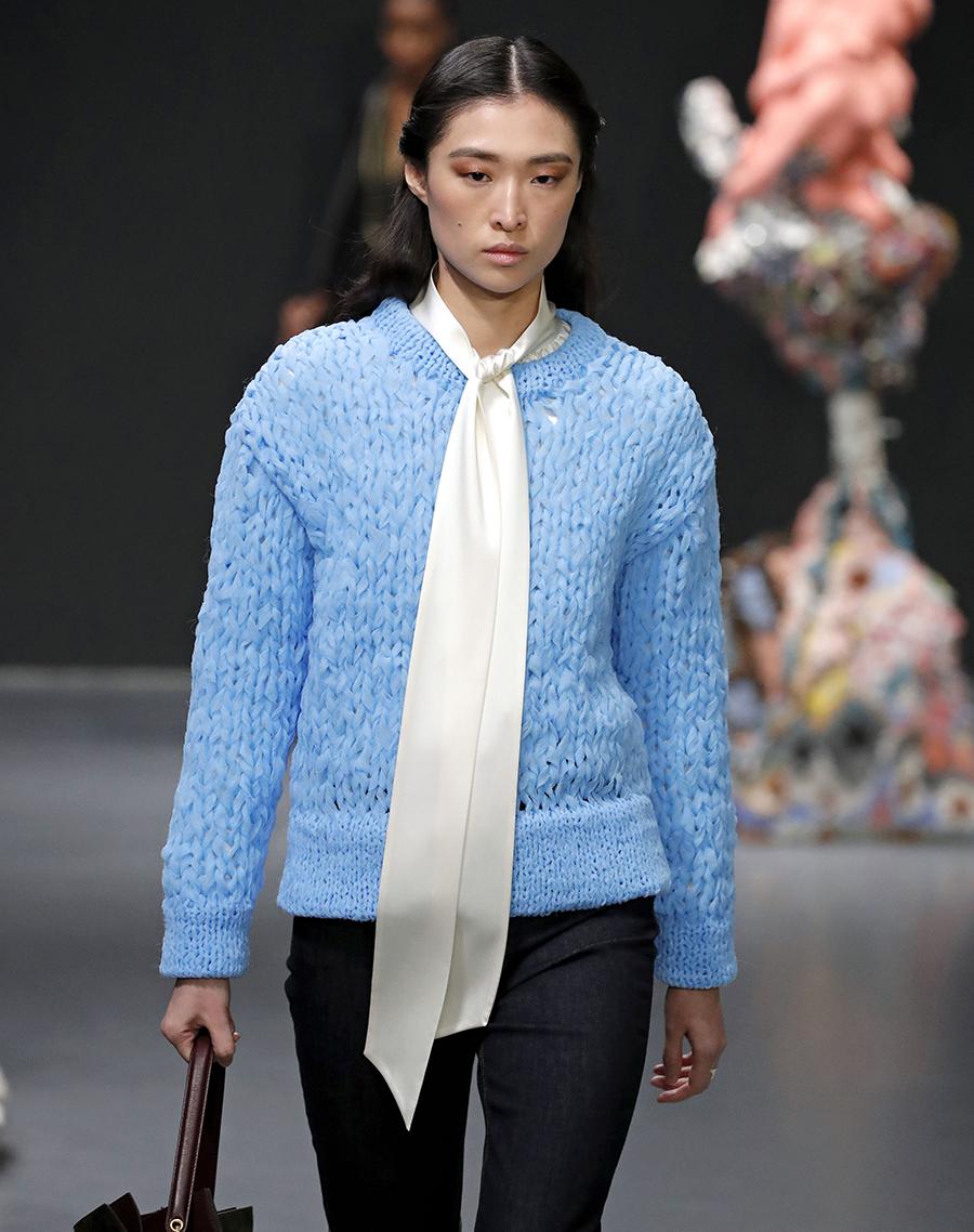 модный свитер фжурный осень зима 2020 2021 голубой