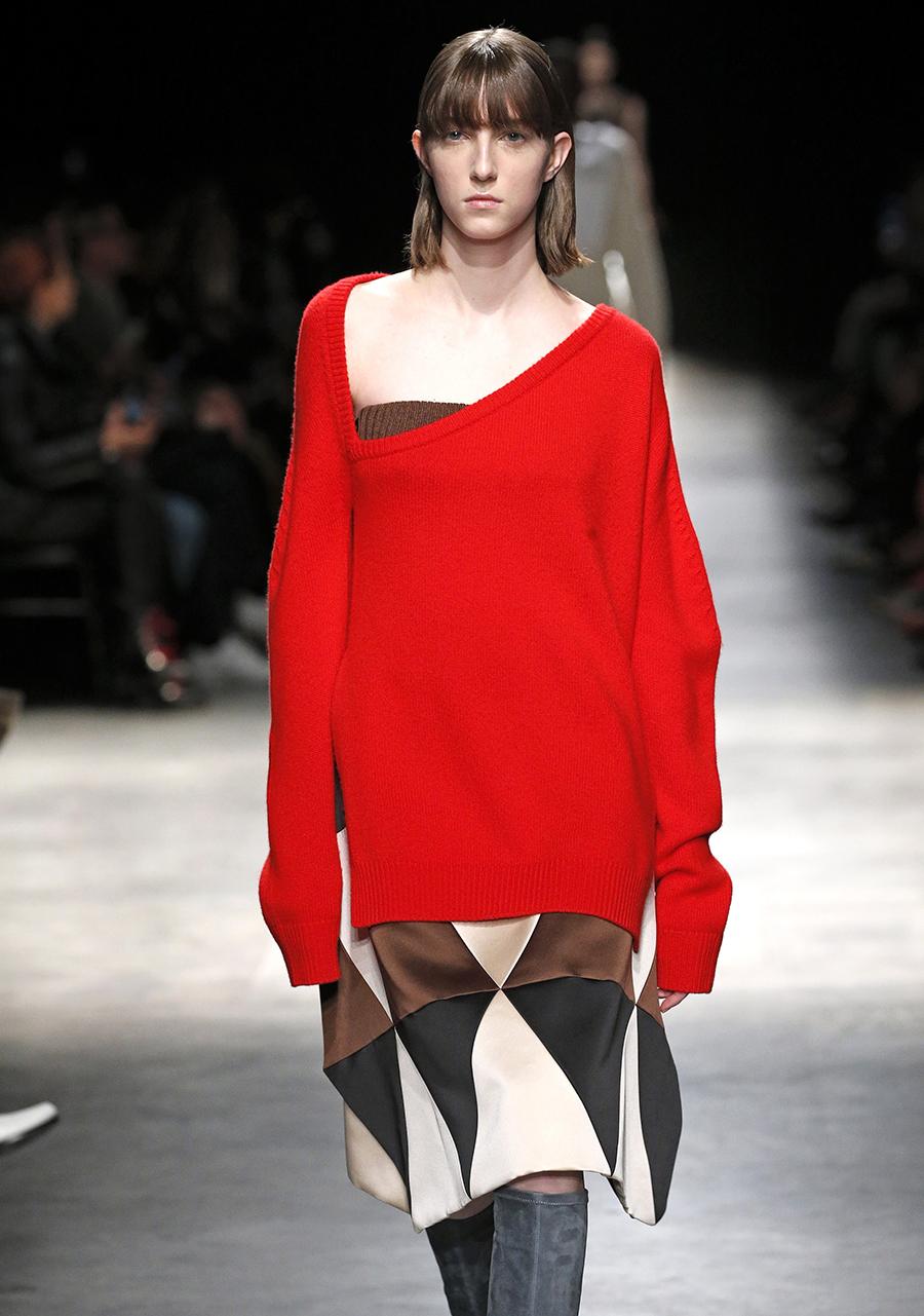 модный свитер с голыми обнаженными открытыми плечами осень зима 2020 2021 красный