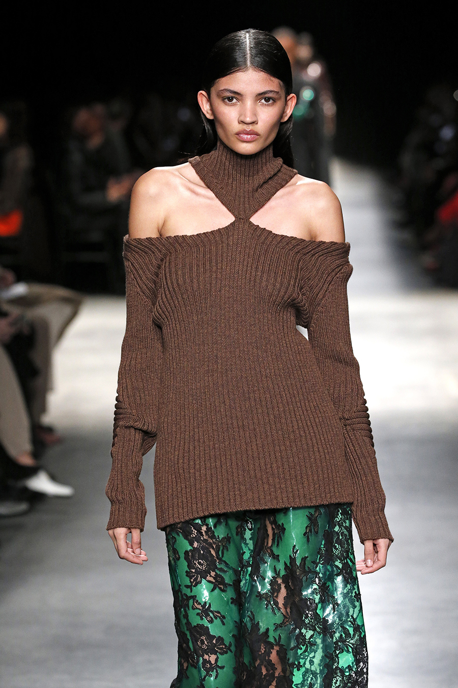 модный свитер с голыми обнаженными открытыми плечами осень зима 2020 2021 коричневый