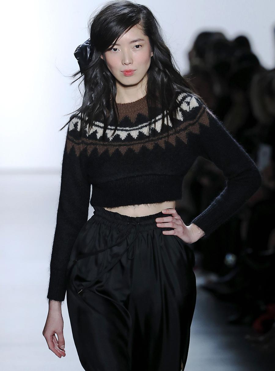 модный свитер короткий осень зима 2020 2021 черный