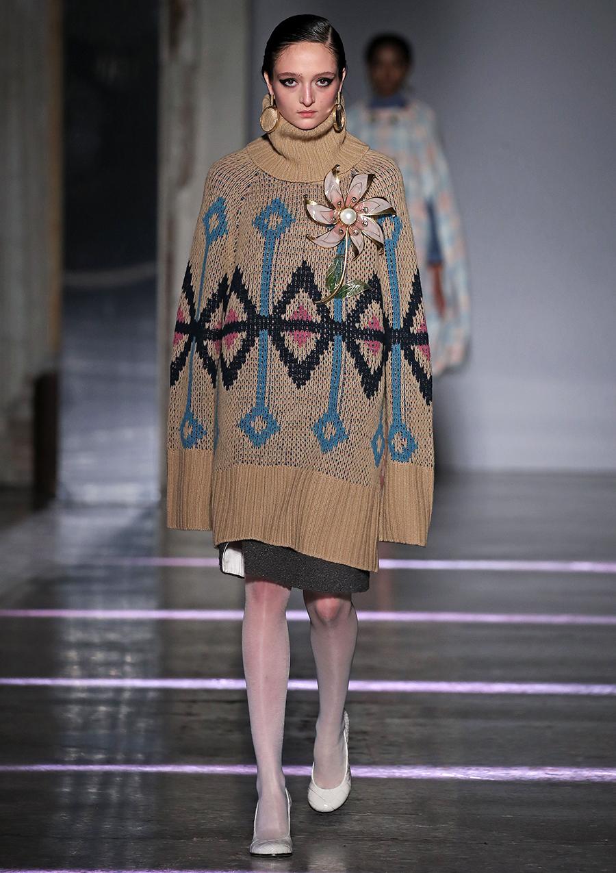 модный свитер оверсайз осень зима 2020 2021 большой объемный длинный бежевый с рисунком
