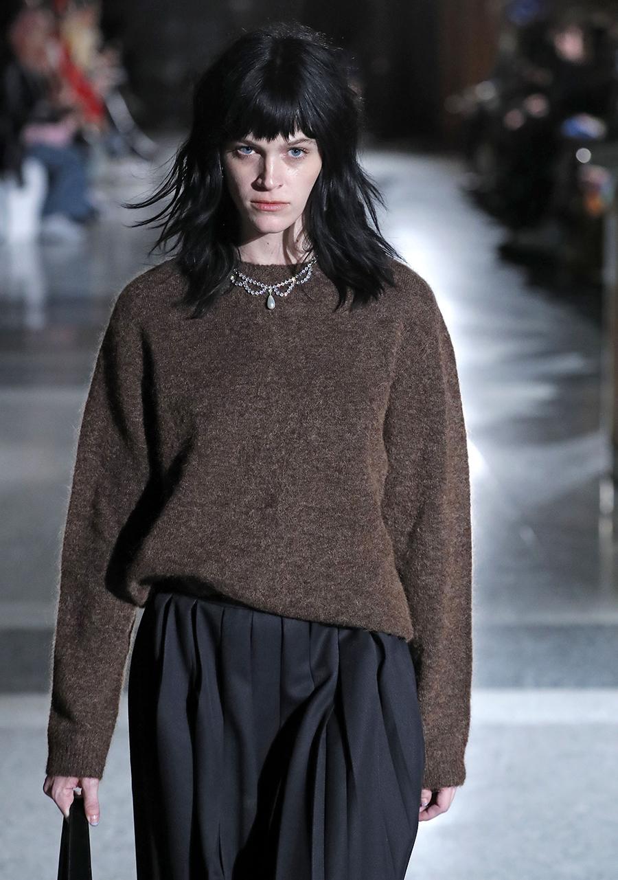 модный свитер гладкий минимализм простой осень зима 2020 2021 коричневый