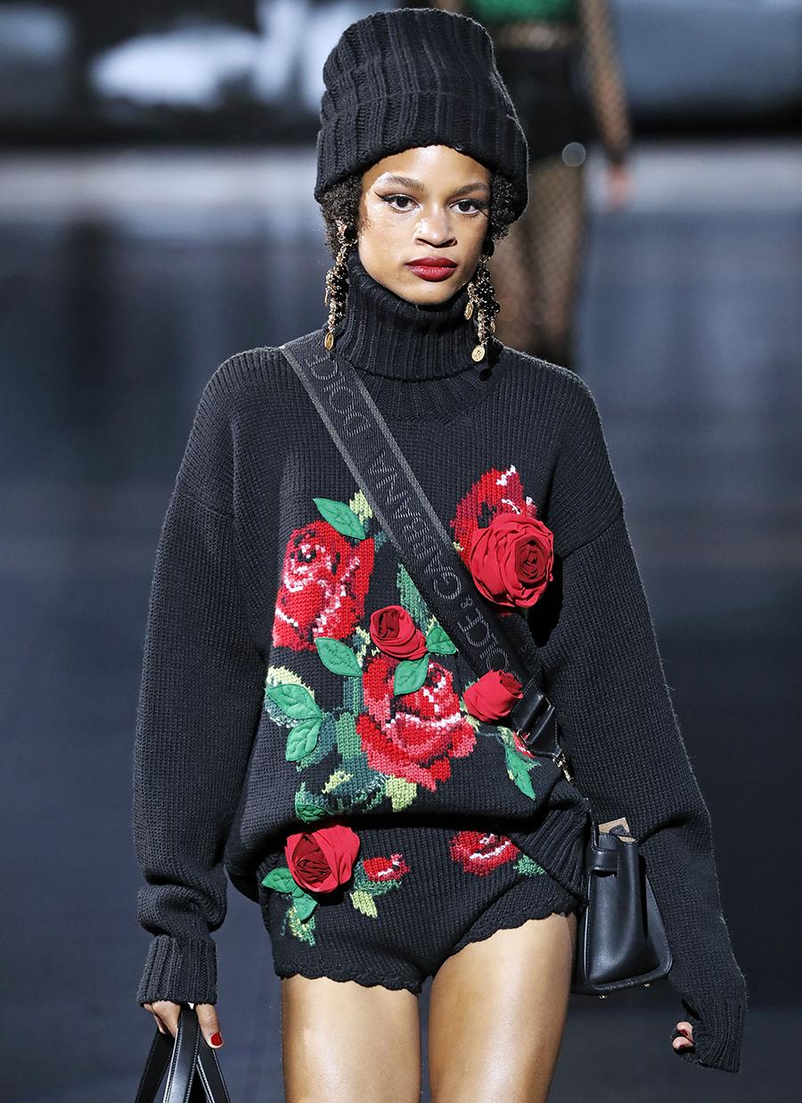 модный свитер с рисунком с принтом осень зима 2020 2021 черный