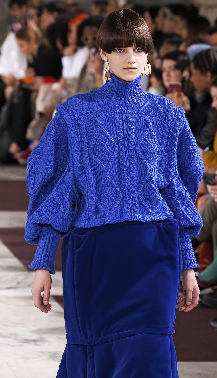 модный свитер джемпер с высоким горломс косами объемной вязки с буклями осень зима 2020 2021 синий