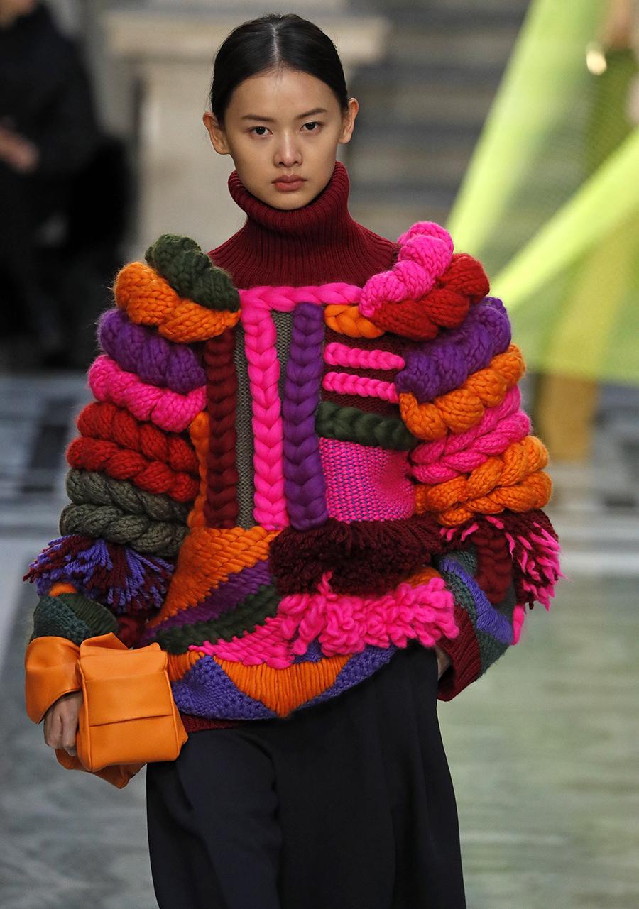 модный свитер джемпер с высоким горломс косами объемной вязки с буклями осень зима 2020 2021