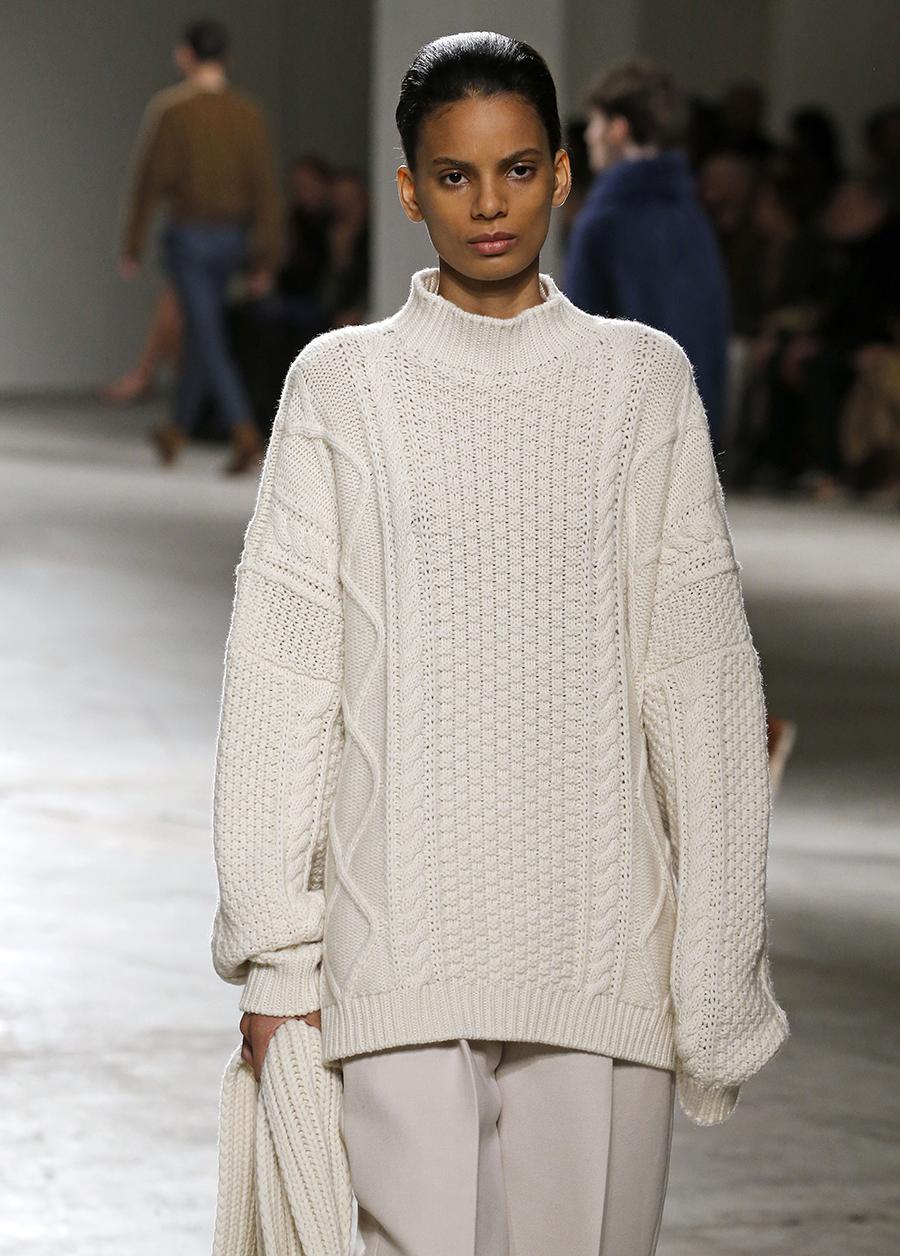 модный свитер джемпер с высоким горломс косами объемной вязки с буклями осень зима 2020 2021 бежевый