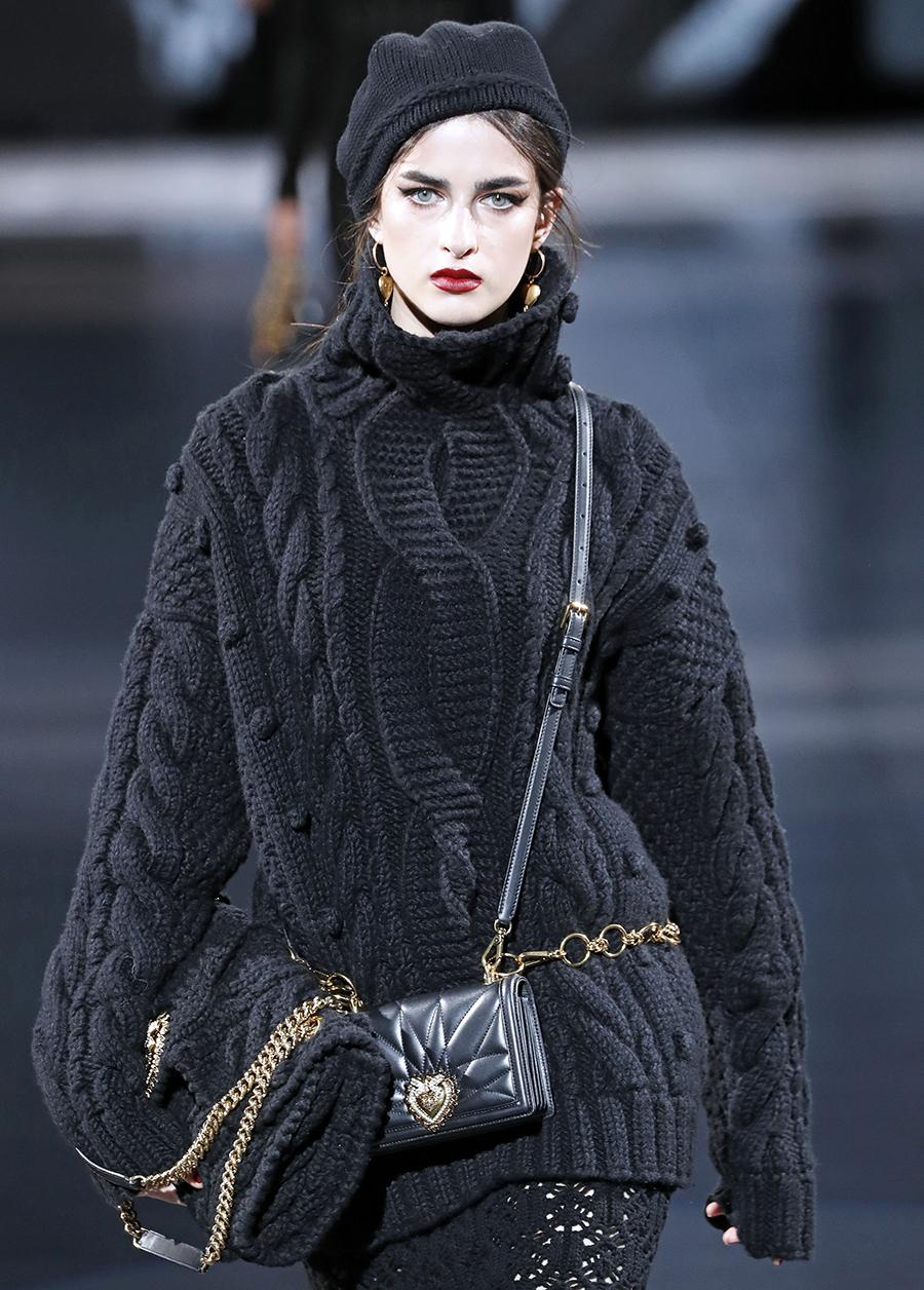 модный свитер джемпер с высоким горломс косами объемной вязки с буклями осень зима 2020 2021 черный