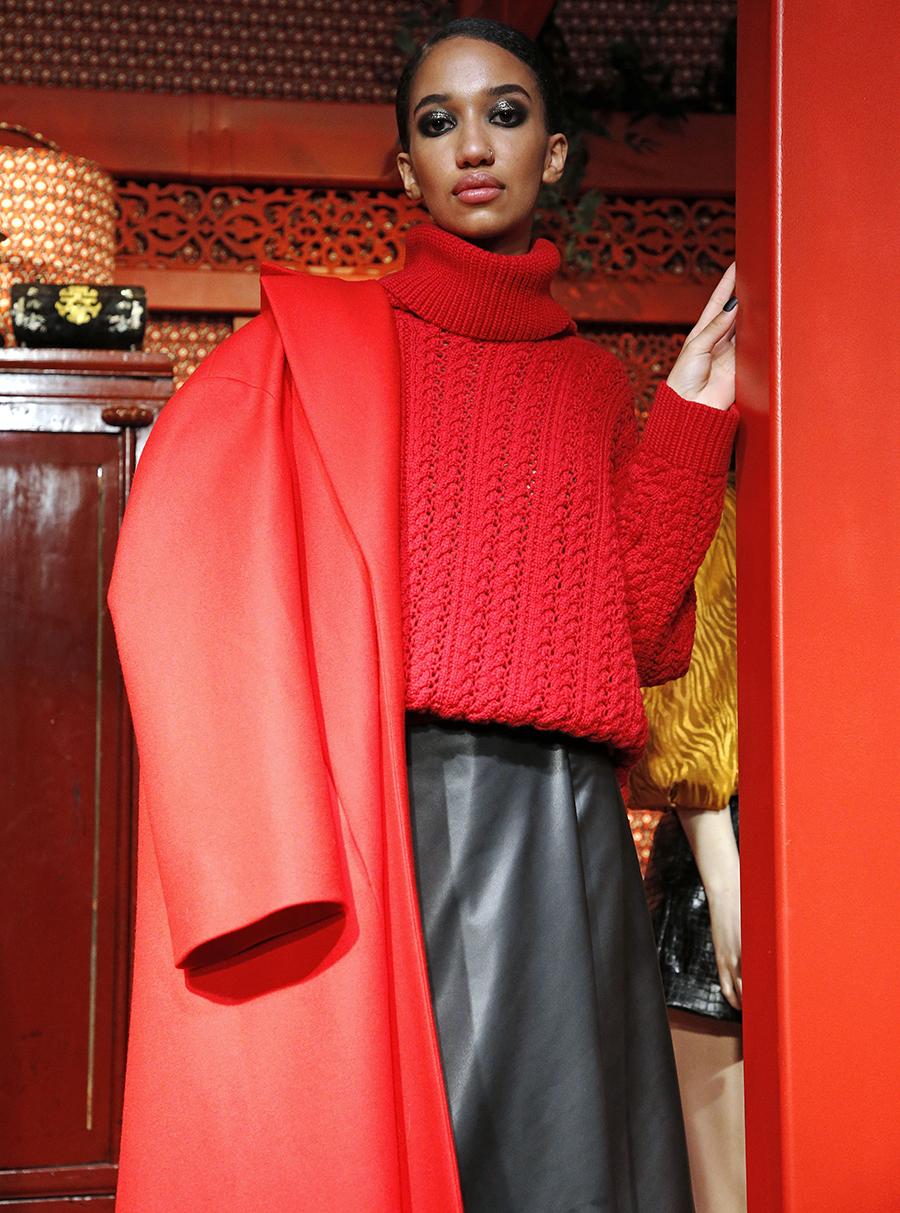 модный свитер джемпер с высоким горломс косами объемной вязки с буклями осень зима 2020 2021 красный